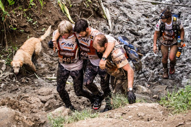 dog follows and joins swedish adventure race team  (2)